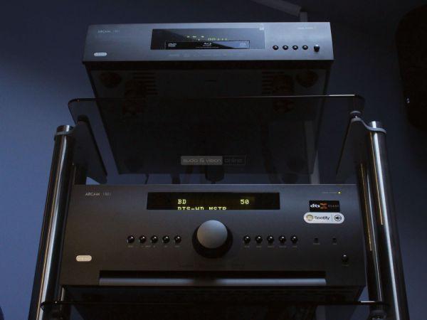 Arcam AVR390 házimozi erősítő és UDP411 Blu-ray lejátszó