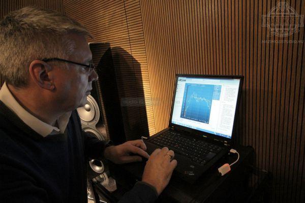 Alan Davidson Arcam Dirac beállítás közben