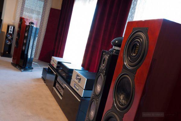 Audiophile Szalon High-End bemutatóterem ELAC hangfalak az előtérben