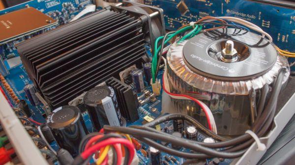 Cambridge Audio Azur 351R házimozi erősítő belső