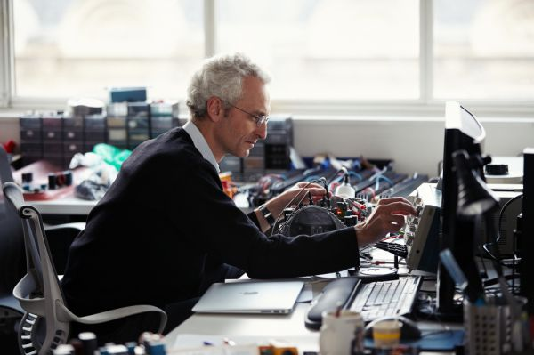 Pierre-Emmanuel Calmel a Devialet Phantom tervezése közben