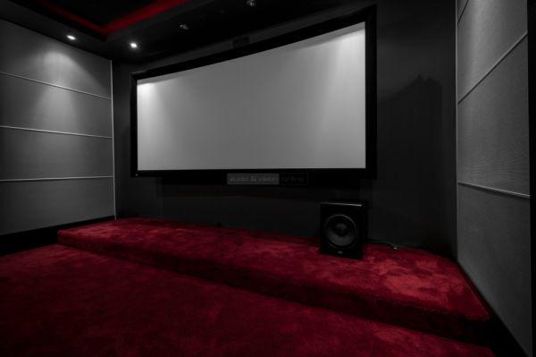 Screen Excellence VistaCurve Enlightor Neo-S vetítővászon a Home Movie bemutatótermében