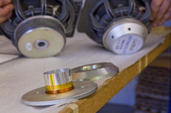 Kisebb mágnes, több vasmag és persze szellőző furatok. Az eredmény megéri a fáradozást.