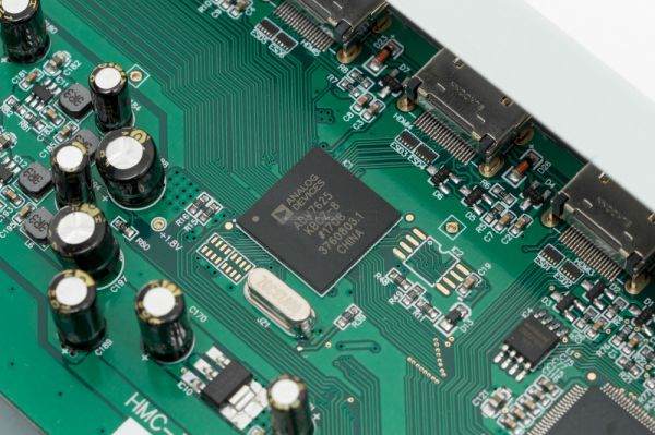 Emotiva MC-700 házimozi processzor Analog Devices