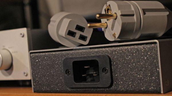 IsoTek EVO3 Corvus tápszűrő és hálózati elosztó