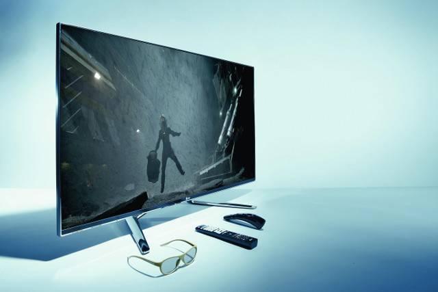 Der Top-TV LG 47LM960 mit Magic Remote Control, Fernbedienung und eine passiven, 3D Polfilter Brille davor liegend