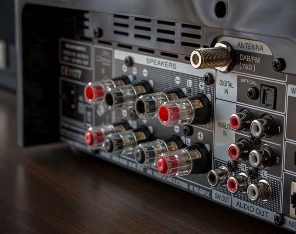 Marantz M-CR610 médialejátszós mini hifi hátlap