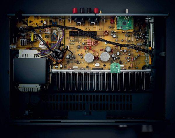 Yamaha RN-303D MusicCast sztereó erősítő belső